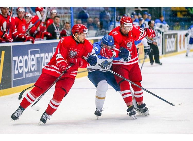 Krzysztof Zapała (z prawej) i Mateusz Bryk w starciu z Kazachstenem /Andriej Basewicz, IIHF /