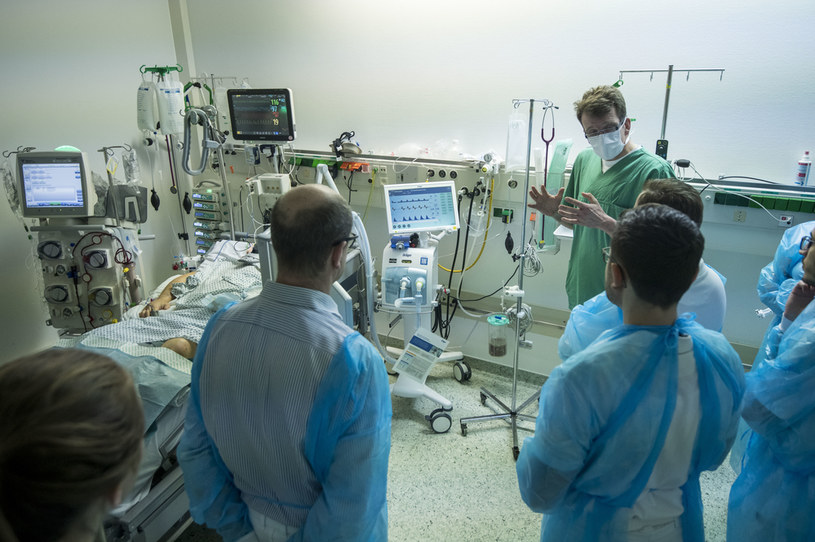 """""""Krzywa wzrostu nowych przypadków w Polsce, jest praktycznie równoległa do krzywej niemieckiej"""", na zdjęciu zespół medyczny w klinice Bad Hersfeld w Niemczech /Thomas Lohnes /Getty Images"""