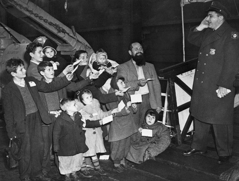 Krzywdzący stereotyp o Polakach wziął się z czasów, gdy migrowali masowo do USA. Na zdjęciu: polska rodzina, która przybyła do Nowego Jorku na pokładzie USS General Muir tuż po II Wojnie Światowej. / Bettmann / Contributor /Getty Images