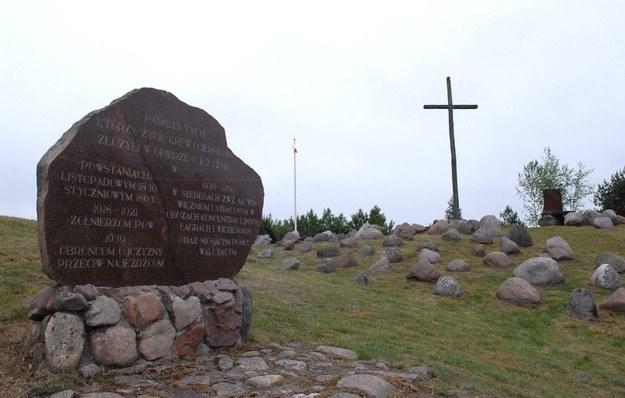 Krzyż i obelisk upamiętniające ofiary stalinizmu na ziemi augustowskiej w Gibach fot. Michał Kość /East News