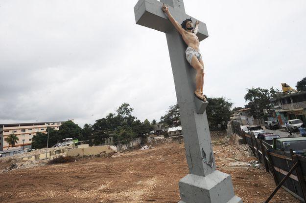 Krzyż, który przetrwał trzęsienie ziemi na Haiti /AFP