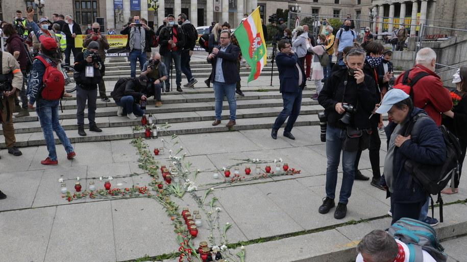 Krzyż ze zniczy i kwiatów ułożony przez protestujących /Jakub Rutka /RMF FM