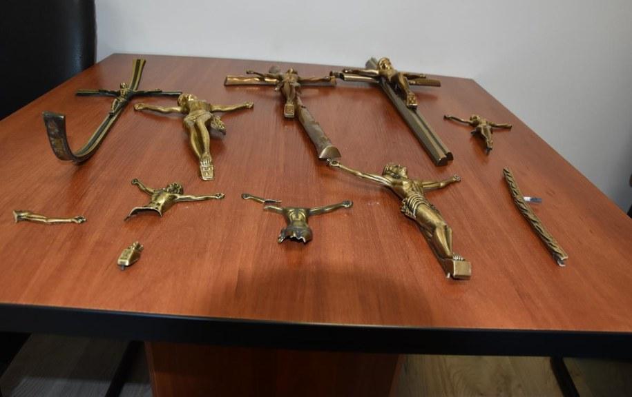 Krzyże skradzione z cmentarza w Podłężu /Policja