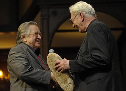 ks.Adam Boniecki podarował jubilatowi bochenek chleba /AKPA