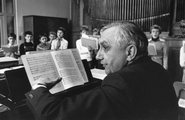 Ks. Georg Ratzinger w czasie próby chóru Domspatzen w Ratyzbonie - zdj. z 1989 r. /STF /PAP/EPA