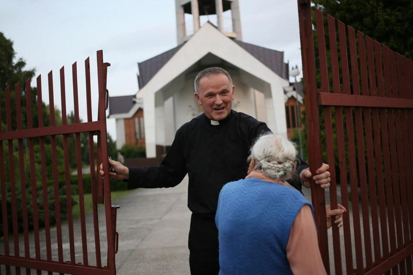 Ks. Lemański rozmawia z parafianami po wieczornej mszy świętej w Jasienicy /Leszek Szymański /PAP