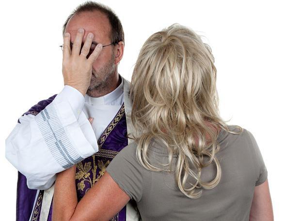 Ks. Roman z początku nie chciał patrzeć na młode parafianki... /© Panthermedia