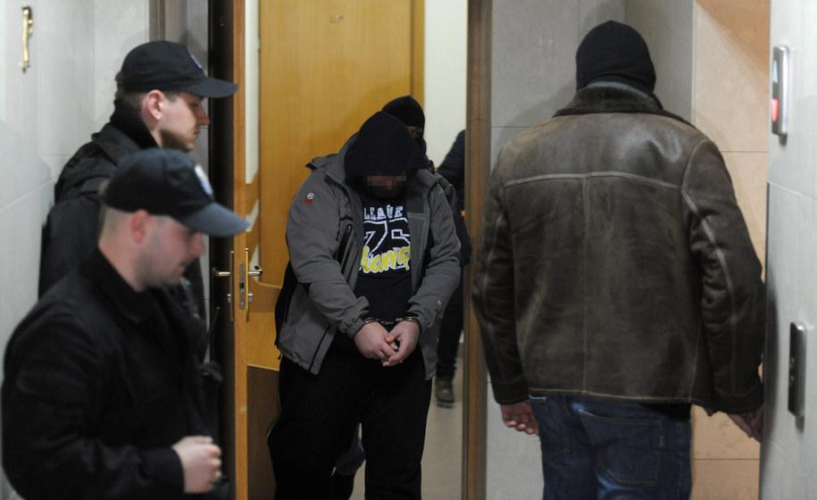 Ks. Wojciech G. (w środku) w drodze na posiedzenie aresztowe w Sądzie Rejonowym dla Warszawy-Mokotowa, 19 lutego 2014 /Bartłomiej Zborowski /PAP
