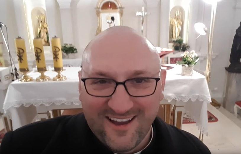 Ksiądz Adam Pawłowski: 100 procent zniżki, pobłogosławimy całkowicie za darmo /YouTube