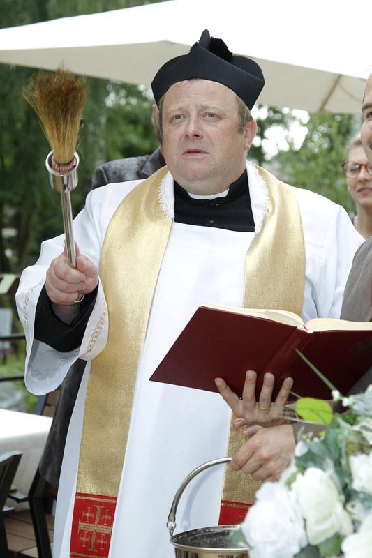 Ksiądz Andrzej Błażejczyk, którego gra Olaf Lubaszenko, jest daleki od polityki i bliski ludziom. Zawsze chętnie im służy – czy to chrzciny, czy ślub. /Podlewski /AKPA