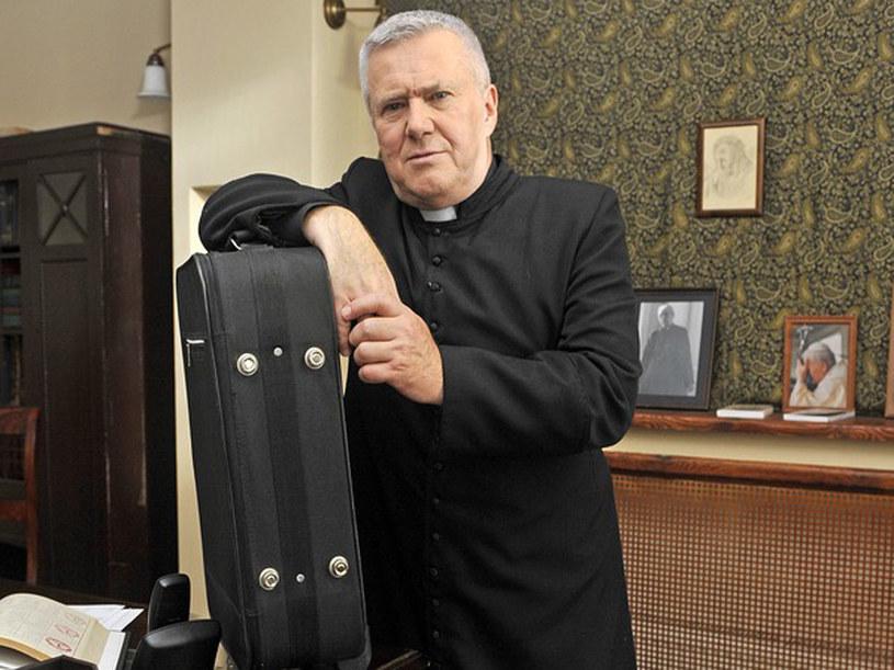 Ksiądz Antoni właśnie się rozpakowuje. /Euzebiusz Niemiec /AKPA