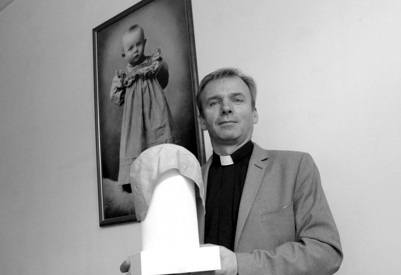 Ksiądz dr Jacek Pietruszka (na zdj. prezentujący jeden z czepków pływackich należących do Jana Pawła II) /Fot. Marek Lasyk/REPORTER /Reporter
