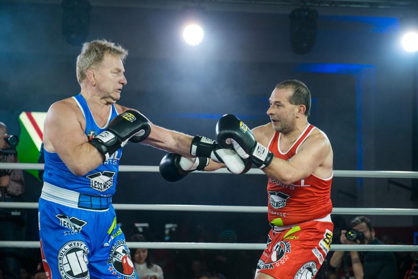 Ksiądz Jacek Stryczek (z prawej) walczył z Andrzejem Supronem w szczytnym celu /Fot. ArsLumen /