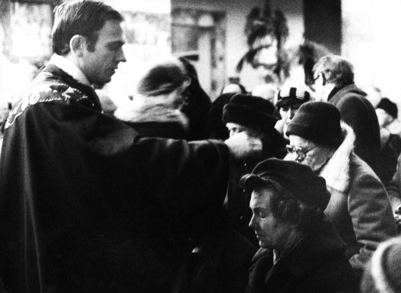 Ksiądz Jerzy Popiełuszko w trakcie nabożeństwa / Tomasz Gzell    /Agencja FORUM