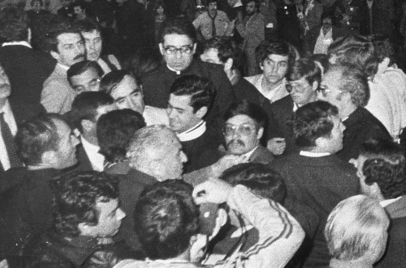 Ksiądz Juan Fernandez Krohn (w centrum) zbliża się przez tłum do Jana Pawła II /East News