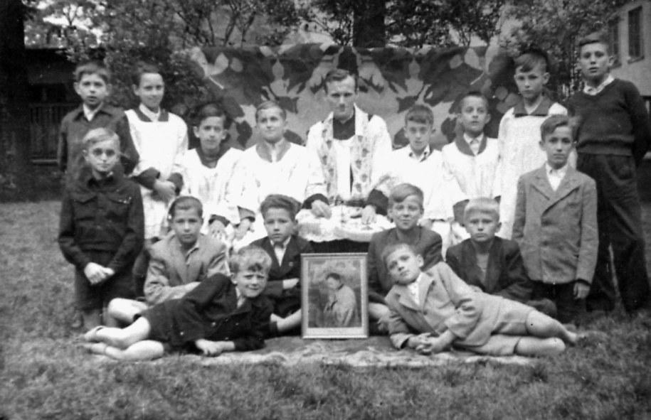 Ksiądz Karol Wojtyła jako wikary w parafii Niegowić koło Krakowa, 1948 rok. /PAI /PAP