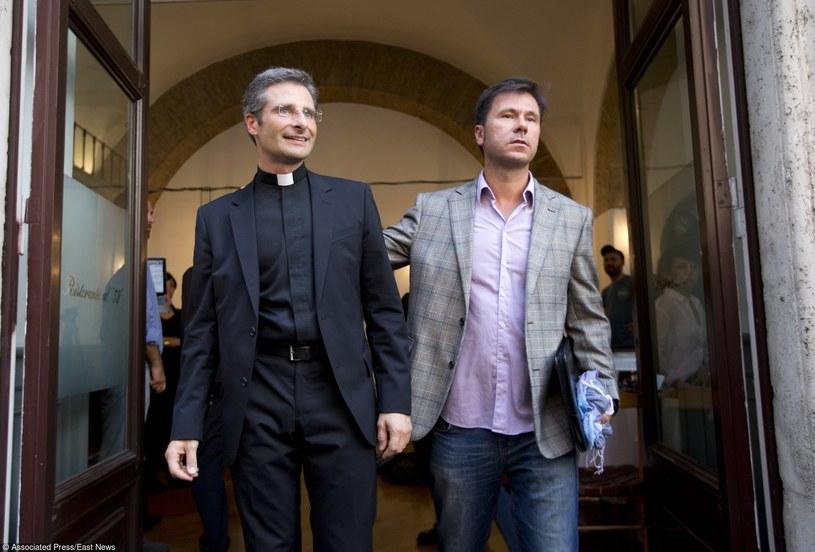 Ksiądz Krzysztof Charamsa z partnerem /Associated Press /East News