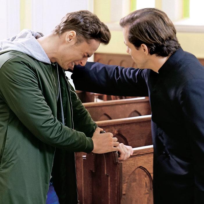 Ksiądz Tadeusz obieca Józkowi, że pochowa jego synka i będzie się modlił za duszę maleństwa /Świat Seriali