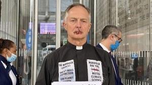 Ksiądz Tim Hewes zszył sobie usta. Protestuje przeciwko Rupertowi Murdochowi