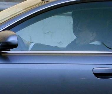 Ksiądz w najnowszym modelu samochodu?  To boli!