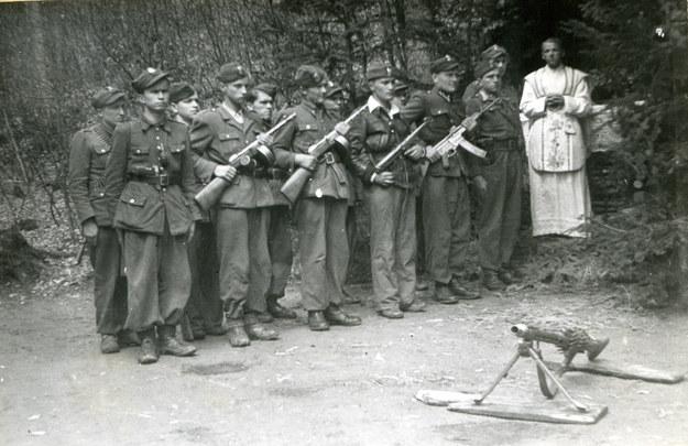 Ksiądz Władysław Gurgacz przed mszą dla oddziału Polskiej Podziemnej Armii Niepodległościowców /IPN