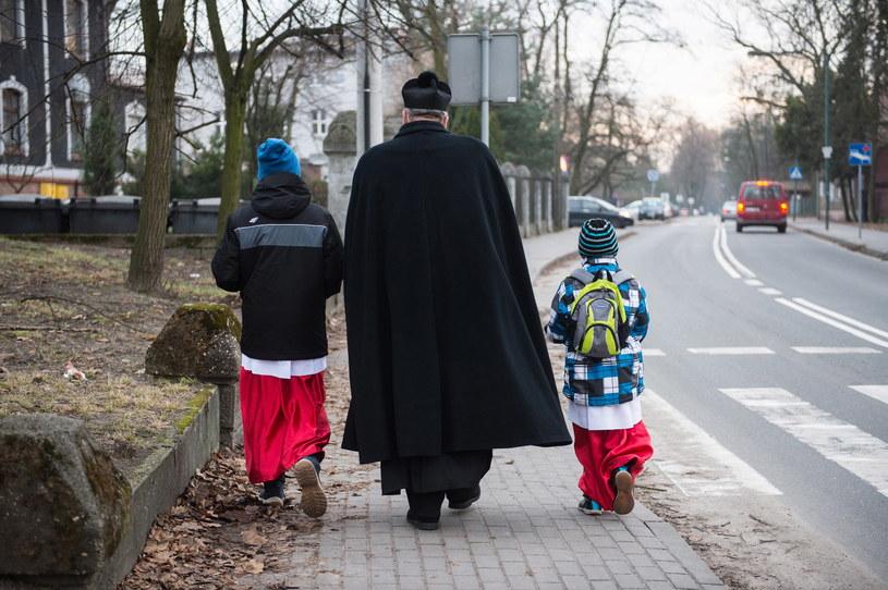 Ksiądz z ministrantami podczas wizyty duszpasterskiej, zdjęcie ilustracyjne /Daniel Dmitriew /Agencja FORUM