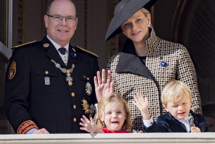 Książę Albert z żoną i dziećmi /ARNOLD JEROCKI /Getty Images