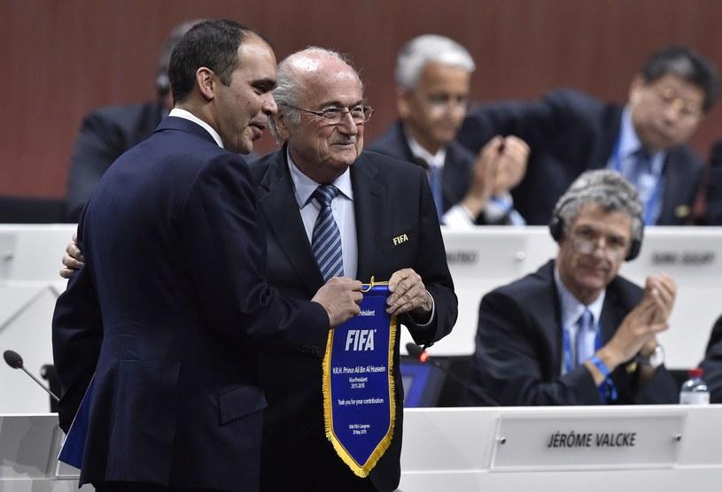 Książę Ali ibn Husejn i Joseph Blatter. /AFP