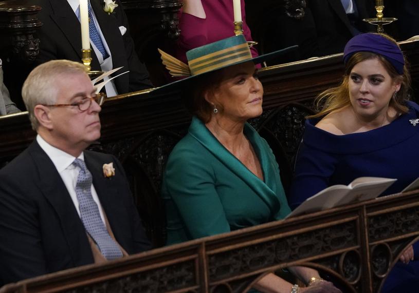Książę Andrzej, Sarah Ferguson i Beatrycze na ślubie Eugenii/WPA Pool /Getty Images