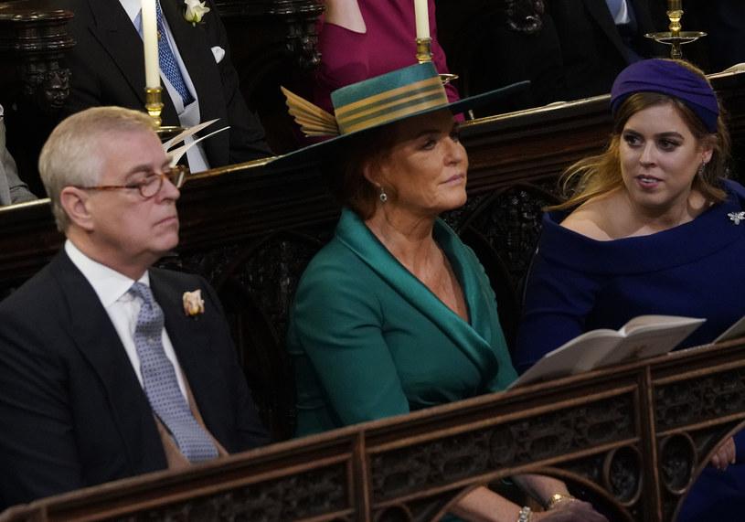 Książę Andrzej, Sarah Ferguson i Beatrycze na ślubie Eugenii /Getty Images