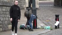 Książe Filip nie żyje. Brytyjczycy składają kwiaty przed zamkiem w Windsorze