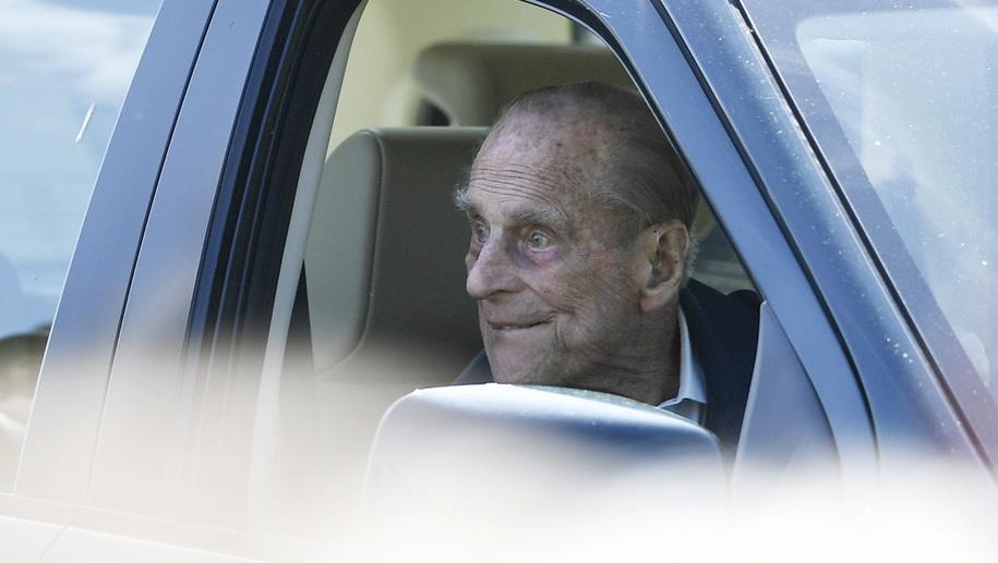 Książę Filip został sfotografowany za kierownica SUV-a bez zapiętych pasów /NEIL HALL /PAP/EPA