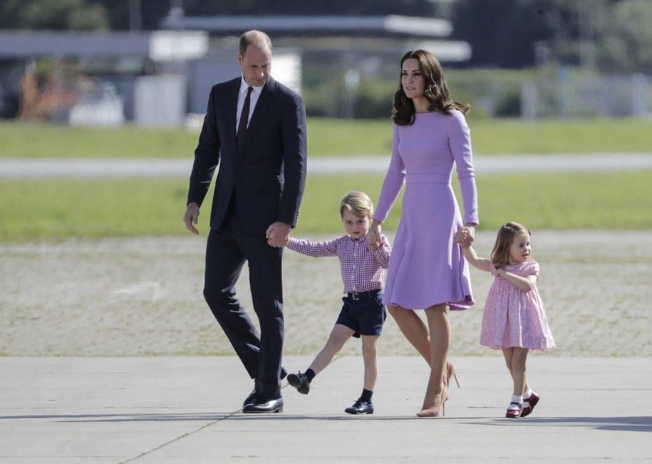 Książę George i księżniczka Charlotte będą musieli kłaniać się... prababci Elżbiecie II /Carsten Koall /PAP/EPA