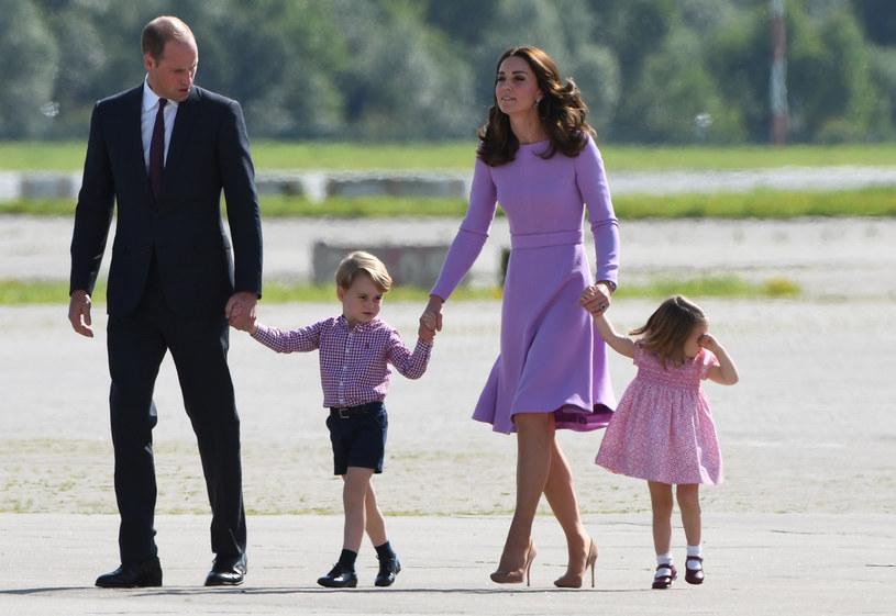 Książę George i księżniczka Charlotte będą musieli kłaniać się... prababci Elżbiecie II /PATRIK STOLLARZ /AFP