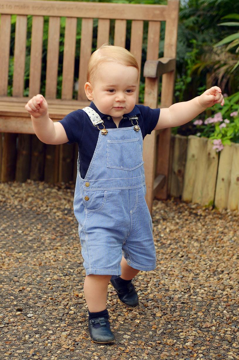 Książę George w niebieskich spodenkach /AFP