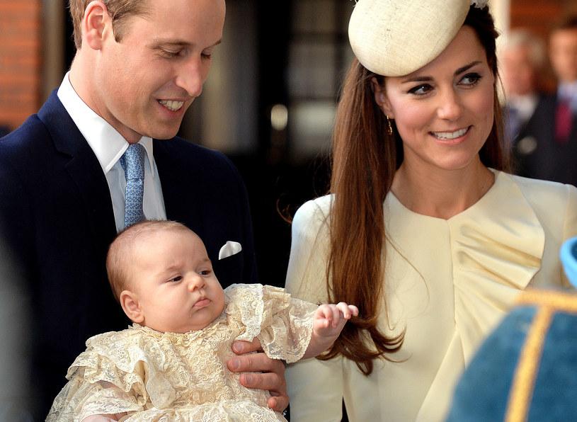 Książę George z rodzicami /AFP