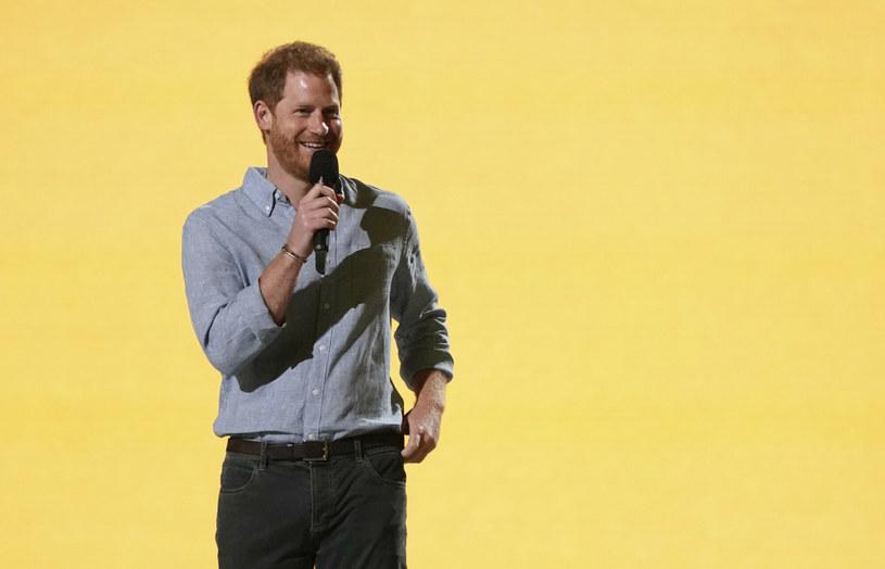 """Książę Harry przemawia na koncercie """"Vax Live"""" /East News"""