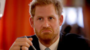 Książę Harry radosnym krokiem przybywa na spotkanie
