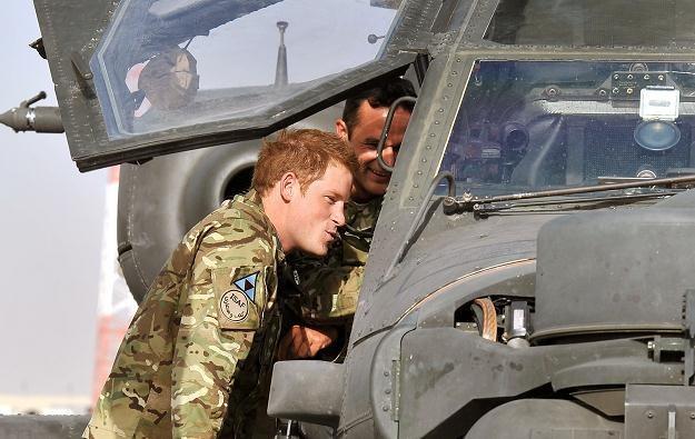 Książę Harry (z lewej) przy helikopterze Apache. Afgańska prowincja Helmand, 7 września 2012 /AFP