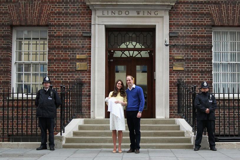 Książę i księżna Cambridge pokazali córkę fotoreporterom zgromadzonym pod szpitalem /Getty Images