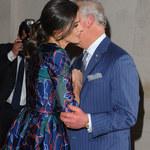 Książę Karol dłuuuugo wita się z królową Hiszpanii. Fotoreporterzy to uchwycili