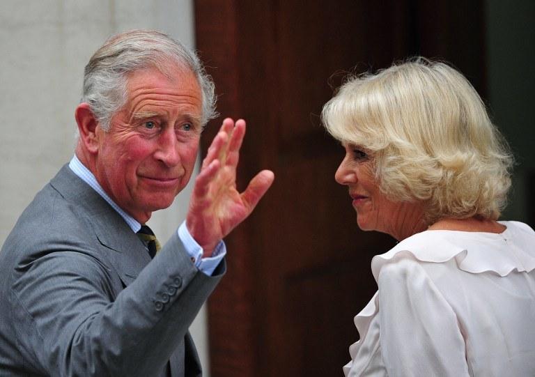 Książę Karol i księżna Camilla przyjechali do szpitala wieczorem /AFP