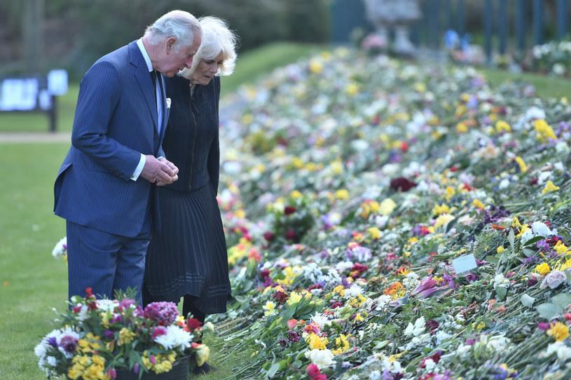 Książę Karol i księżna Kamila czytają listy z kondolencjami po śmierci księcia Filipa. /Jeremy Selwyn-Evening Standard/ /East News