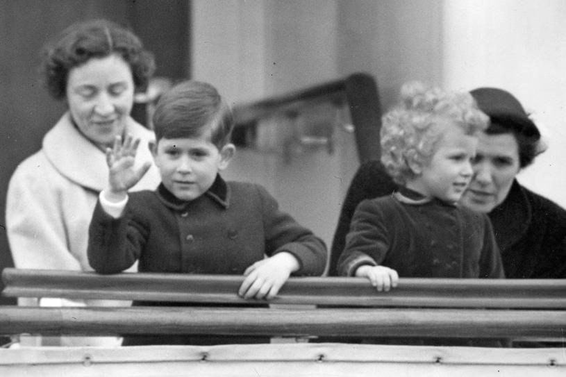 Książę Karol i księżniczka Anna na pokładzie jachtu Britannia /Getty Images