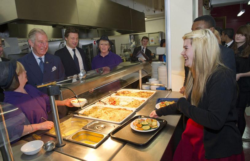 Książę Karol odwiedził Carshalton Boys Sports College wraz z Jamiem, by sprawdzić jakie zmiany wprowadzono w szkolnej stołówce (2012) /East News