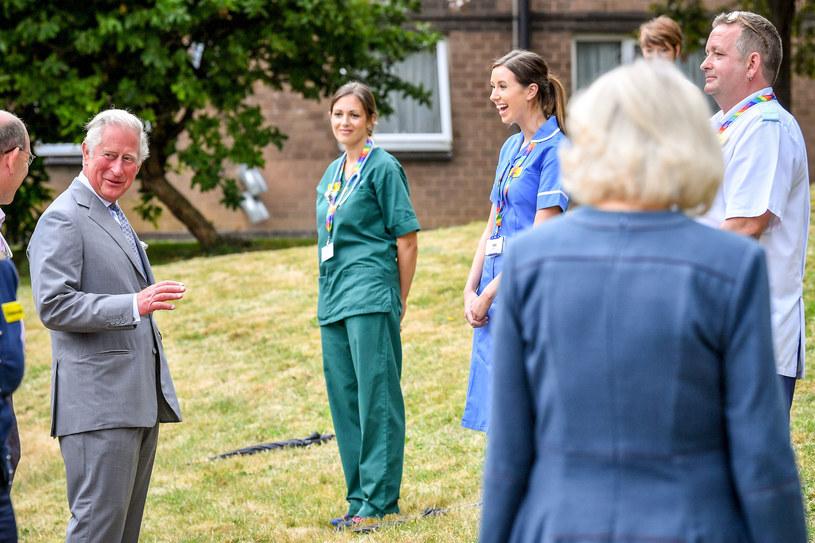 Książę Karol podczas spotkania z personelem szpitala /WPA Pool /Getty Images