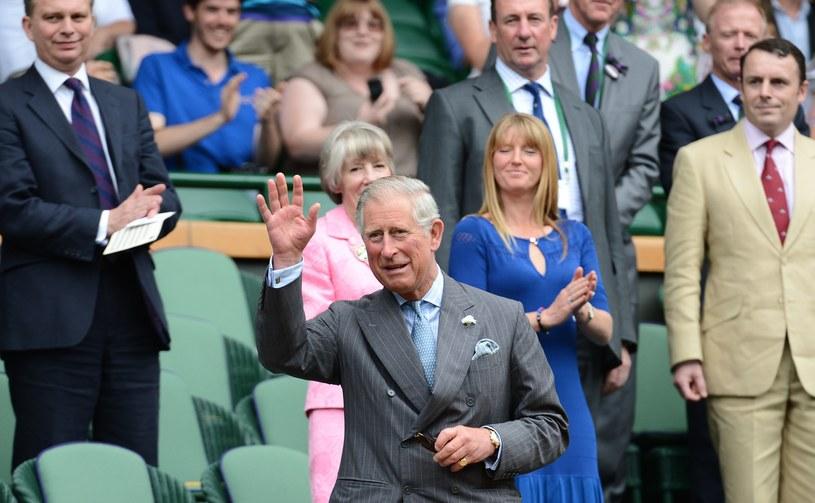 Książę Karol pozdrawia kibiców /- /AFP