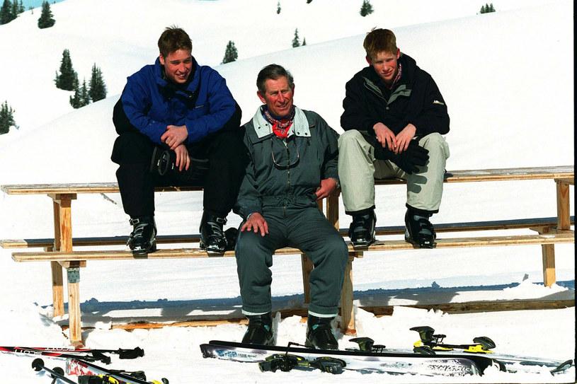 Książę Karol z synami na nartach w Szwajcarii w 2000 roku /Anwar Hussein/EMPICS Entertainment /East News