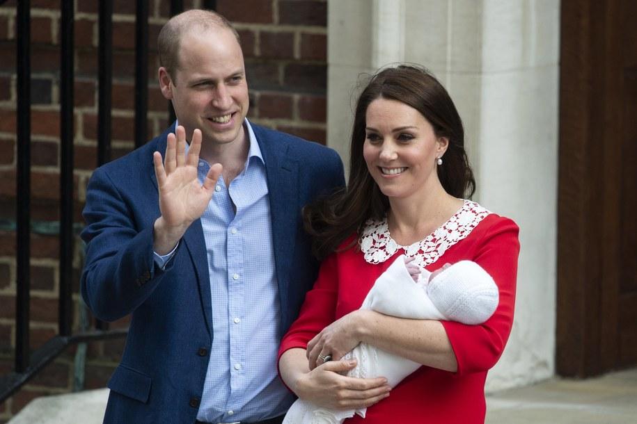 Książę William i księżna Kate tuż po wyjściu ze szpitala z drugim synem /WILL OLIVER  /PAP/EPA