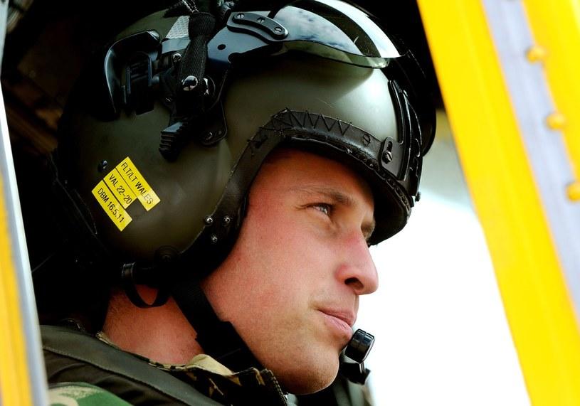 Książę William ma już doświadczenie w pilotowaniu śmigłowca /AFP
